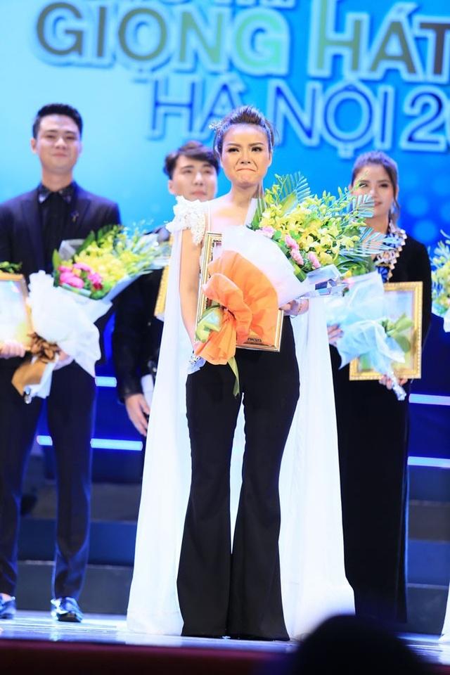 Khoảnh khắc đầy xúc động của Nguyễn Thùy Liên khi nhận giải Nhất cuộc thi Giọng hát hay Hà Nội 2018.