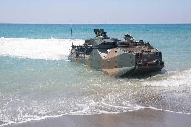 Lính thủy đánh bộ và xe thiết giáp Nhật Bản tham gia nhiệm vụ hỗ trợ nhân đạo và cứu trợ thảm họa trong cuộc tập trận Kamandag tại Philippines ngày 6/10.