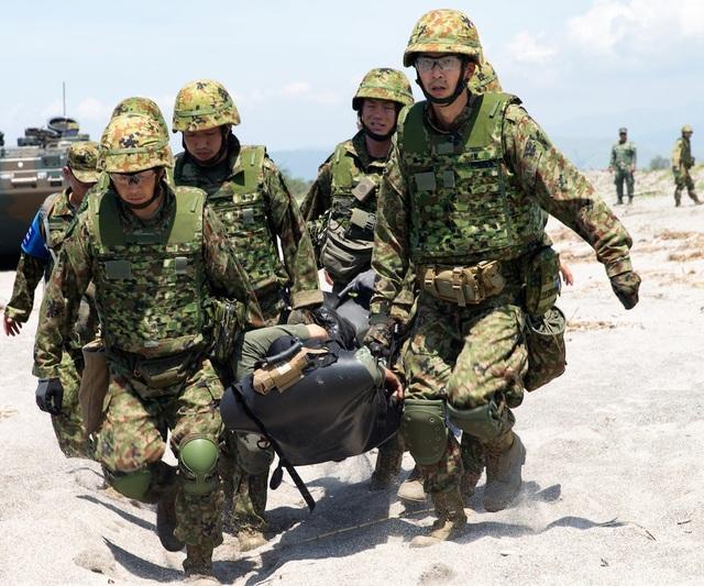 """""""Các lực lượng phòng vệ mặt đất Nhật Bản thường chỉ hoạt động tại Nhật Bản. Việc họ đưa lực lượng ra nước ngoài và tham gia cùng chúng tôi cũng như các lực lượng hải quân và lính thủy đánh bộ Philippines hiện nay là bước tiến rất lớn"""", Patrick German, sĩ quan chỉ huy tàu tấn công đổ bộ USS Ashland Mỹ, cho biết."""