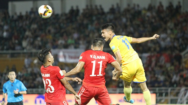 Điều đáng tiếc khác là cầu thủ có thể thay thế cho Văn Thanh là Xuân Mạnh (bìa phải) cũng vắng mặt vì chấn thương (ảnh: Kim Điền)