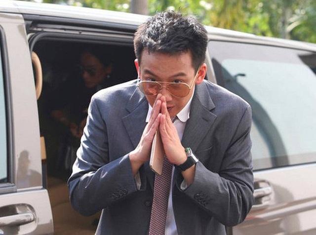Ông Panthongtae đến văn phòng công tố Thái Lan hôm 10-10. Ảnh: AP
