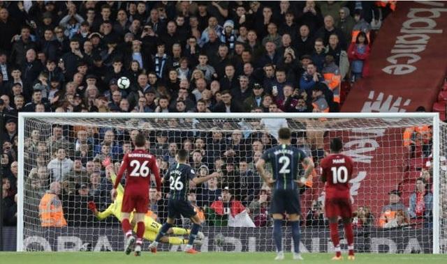Cú sút penalty lên trời đáng thất vọng của Riyad Mahrez