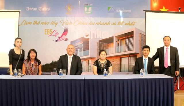 Đại diện Ban tổ chức - từ trái sang: Bà Cao Thị Kim Quy – Phó Chủ tịch, Phó Tổng Giám đốc Tài chính ASEAN Trade Center tại Việt Nam, Bà Chris Winter, Ông Barry, Bà Dương Thị Huân, Ông Trần Xuân An, Ông Bạch Sỹ Đông.