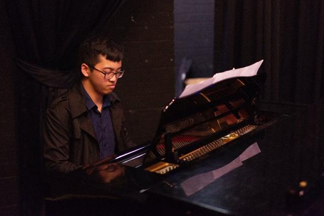 Pianist Tuấn Anh say sưa bên cây đàn piano. (Ảnh: Minh Quang)