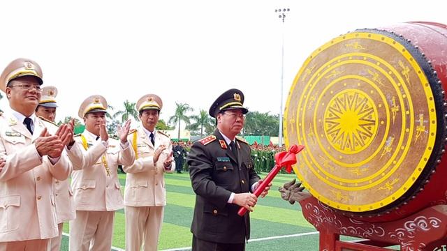 Thứ trưởng Bộ Công an Thượng tướng Bùi Văn Nam đánh trống khai giảng năm học mới 2018 – 2019.