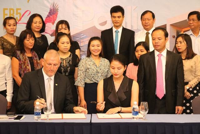 Bà Đặng Thuý Nga – Phó Chủ tịch kiêm Giám đốc Marketing của công ty TNHH EB5 Life ký kết hợp tác với ông Barry Winter.