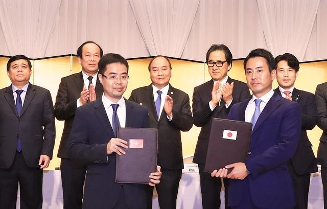 Phó TGĐ Tập đoàn T&T Group Trần Đỗ Thành và Lãnh đạo Tập đoàn EIWAKAI trao Thỏa thuận hợp tác xây dựng Trung tâm y tế chất lượng cao)