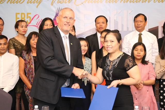 Bà Dương Thị Huân, Phó Chủ tịch kiêm Giám đốc Điều hành công ty TNHH UIMEX Vietnam ký kết hợp tác với ông Barry Winter.
