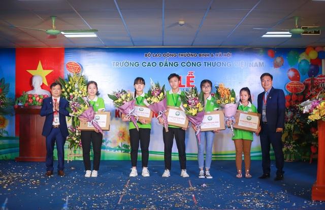 Đại diện lãnh đạo nhà trường tặng 5 máy tính xách tay cho 5 sinh viên có điểm thi THPT năm 2018 cao nhất và sinh viên có điểm xét học bạ đầu vào cao nhất.