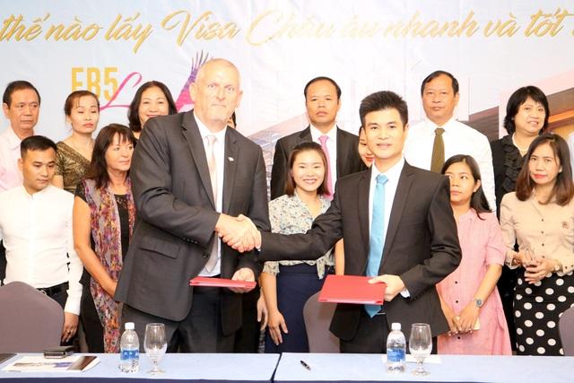 Ông Trần Xuân An – Giám đốc Điều hành ASEAN Trade Center ký kết hợp tác với ông Barry Winter.