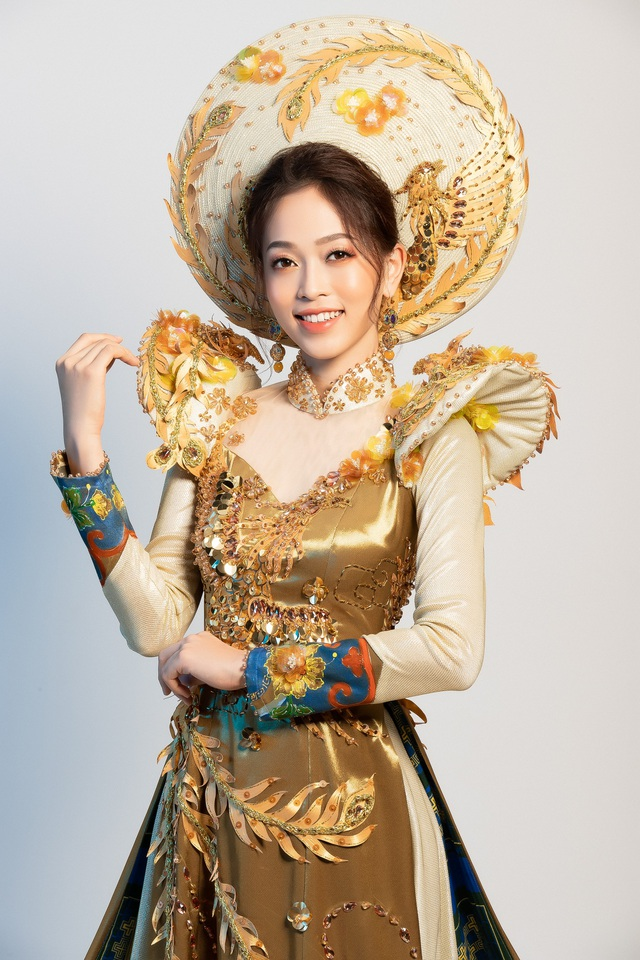 Bộ trang phục lấy ý tưởng chim phụng và pháp lam Huế.