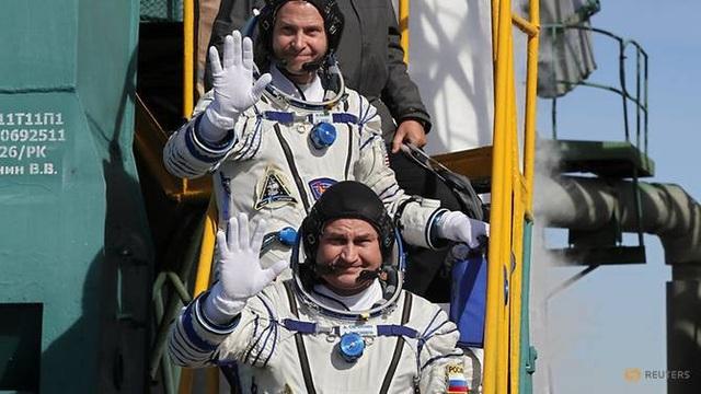 Hai phi hành gia Alexey Ovchinin (Nga) và Nick Hague (Mỹ) vẫy tay chào trước vụ phóng (Ảnh: Reuters)