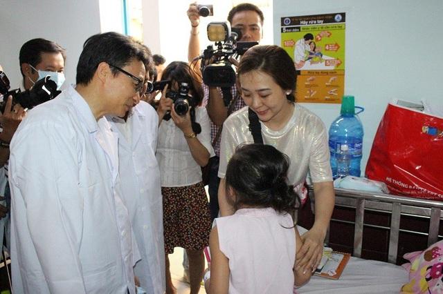 Phó thủ tướng động viên thân nhân và thăm hỏi bệnh nhi bị tay chân miệng