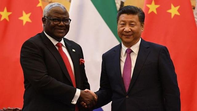 Thỏa thuận xây dựng sân bay đã được ký kết dưới thời ông Ernest Bai Koroma (trái), người đã rời ghế tổng thống hồi tháng 4 năm nay (Ảnh: Getty)