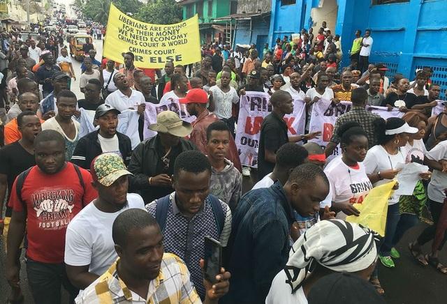 Người dân tập trung trên các đường phố ở thủ đô Monrovia biểu tình yêu cầu Chính phủ phải chịu trách nhiệm về việc mất tiền