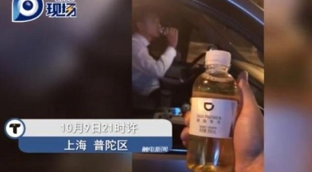 Vị khách hốt hoảng khi phát hiện uống nhầm chai đựng nước tiểu của tài xế