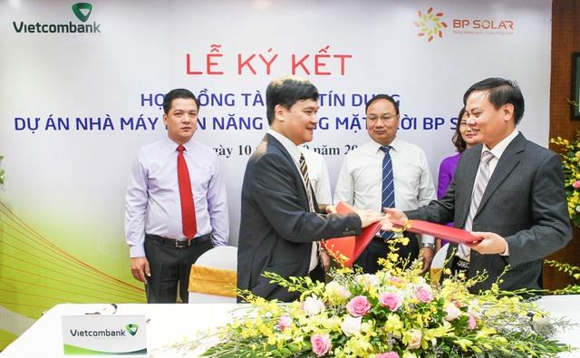 Đại diện Chi nhánh Vietcombank Sở Giao dịch và đại diện Công ty CP BP Solar ký kết hợp đồng