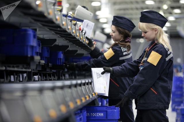Các nữ nhân viên làm việc tại trung tâm phân loại tự động tại làng Lviv, Moscow, Nga.