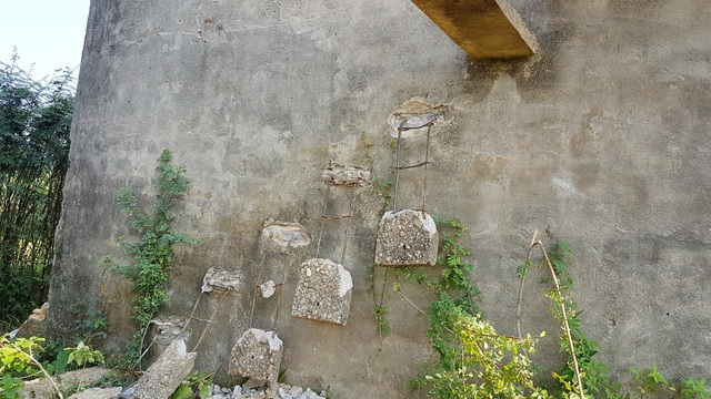 Một số bậc thang được đập bỏ để không cho người dân, du khách leo lên trên