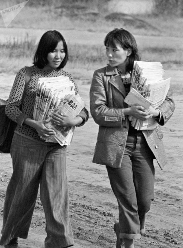 Hai nữ nhân viên giao báo thuộc tuyến đường sắt Baikal-Amur, Yakut, Liên Xô cũ.