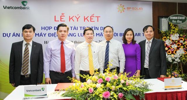 Lãnh đạo các chi nhánh Vietcombank và Công ty CP BP Solar chụp ảnh lưu niệm tại Lễ ký kết
