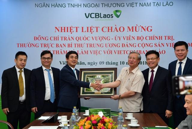 Đ/c Trần Quốc Vượng tặng quà cho Ban lãnh đạo Vietcombank và Vietcombank Lào nhân chuyến thăm và làm việc với Vietcombank.
