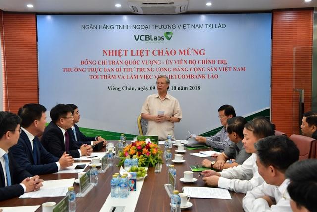 Đ/c Trần Quốc Vượng phát biểu chỉ đạo tại buổi làm việc và biểu dương những thành quả của Vietcombank nói chung và Vietcombank Lào nói riêng
