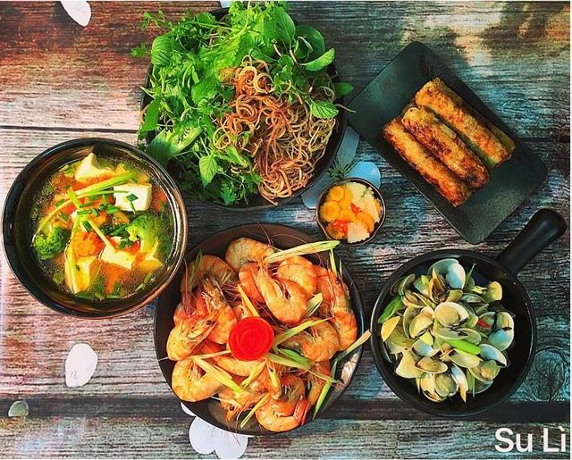 Không phải ở chung với bố mẹ chồng, mâm cơm chị Tâm nấu chỉ phục vụ gia đình nhỏ nhưng các món ăn vẫn được chuẩn bị cầu kỳ, đủ chất.
