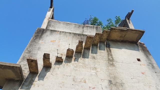 Nhiều bậc thang của lò gạch đã hư hỏng, rất nguy hiểm