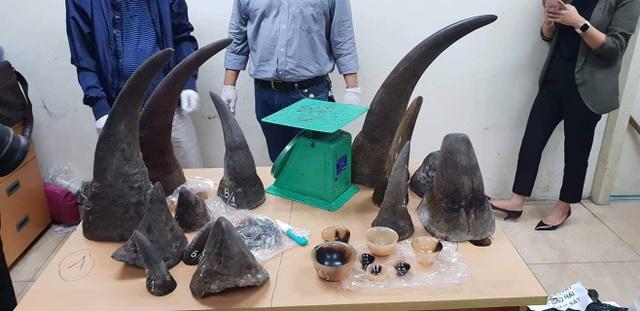 Hơn 30kg nghi là sừng tê giác bên trong các thùng hàng.