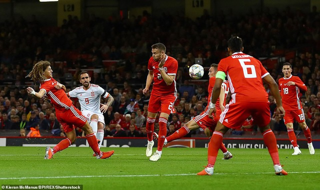 Paco Alcacer tỏa sáng với cú đúp vào lưới Wales