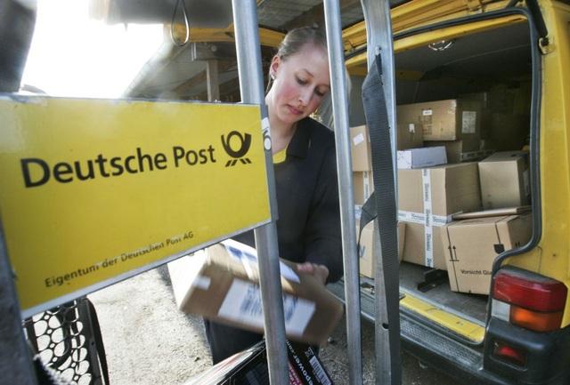 Một nữ nhân viên đang bận rộn với những gói hàng tại trạm dịch vụ bưu điện ở Kiel, miền bắc nước Đức.