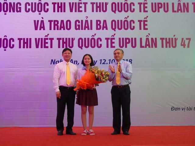 Ban tổ chức trao giải Ba quốc tế cho em Nguyễn Thị Bạch Dương (lớp 9A, trường THCS Nguyễn Trãi, Nam Sách, Hải Dương).