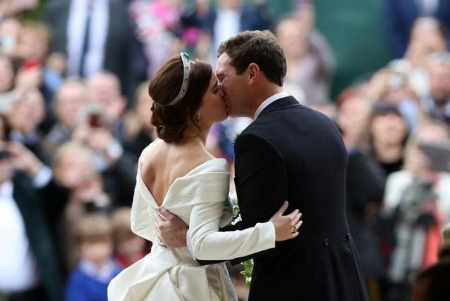 """Khi Công chúa bước vào lễ đường, chú rể Brooksbank đã thì thầm: """"Em thật hoàn hảo hôm nay"""" và """"em làm trái tim anh rung động"""". Cô dâu xúc động cùng chú rể trao lời thề ước. Sau đó, cặp đôi bước ra khỏi nhà nguyện và hôn nhau trước sự chứng kiến của 1.200 người đứng bên ngoài trước khi di chuyển bằng xe ngựa đi xung quanh lâu đài Windsor."""
