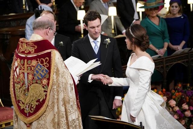 Cặp đôi đã yêu nhau 8 năm kể từ lần đầu gặp gỡ tại khu trượt tuyết ở Verbier, Thụy Sĩ, vào năm 2010. Anh Brooksbank, quản lý một hộp đêm tại London đã cầu hôn Công chúa Eugenie trên một ngọn núi lửa ở Nicaragua hồi năm ngoái và cô đã đồng ý.