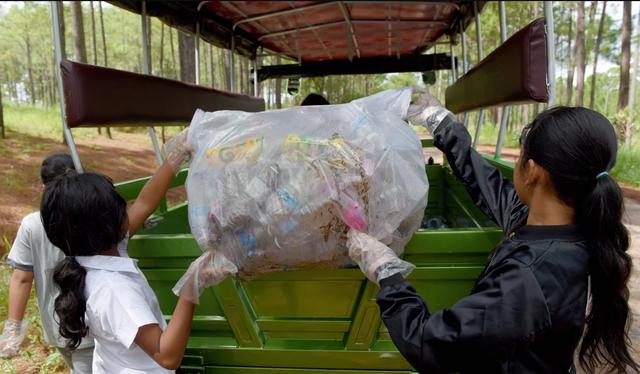 Các học sinh trường Coconut dọn rác trong công viên quốc gia (Ảnh: AFP)