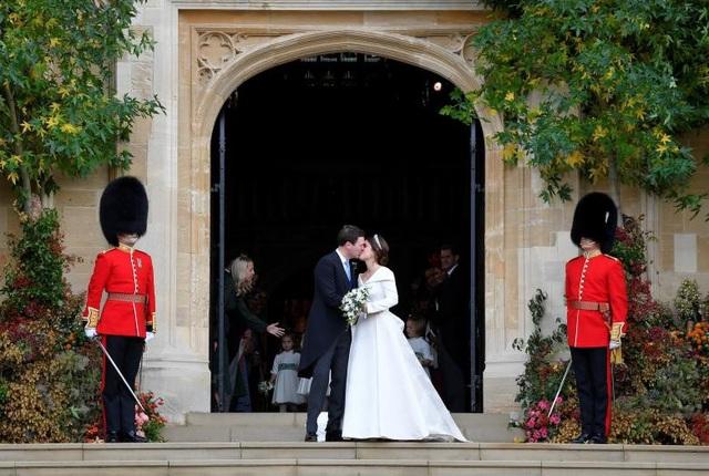 Cặp đôi mới cưới hôn nhau trước sự chứng kiến của người dân Anh và các khách mời.