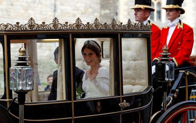 Cặp đôi diễu hành trên xe ngựa sau buổi lễ.