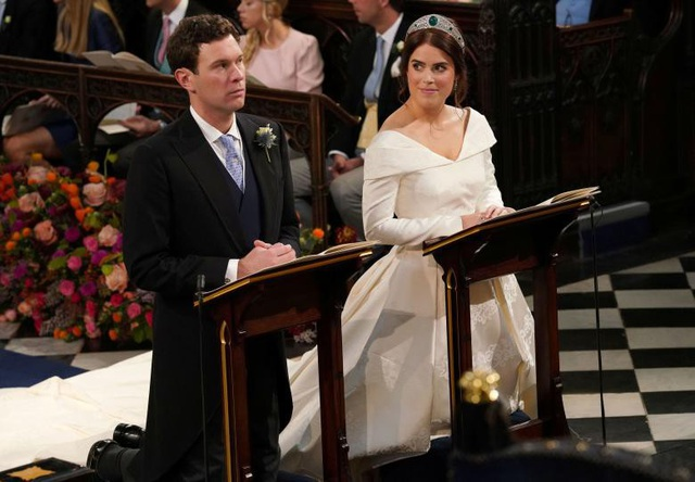 Theo Dailymail, Công chúa Eugenie, 28 tuổi cùng hôn phu Jack Brooksbank, 30 tuổi ngày 12/10 đã cùng thề nguyện tại nhà nguyện St George, Lâu đài Windsor trước sự chứng kiến 850 quan khách bao gồm thành viên gia đình hoàng tộc, khách VIP, người nổi tiếng và bạn bè thân thiết. Họ đã chính thức nên vợ nên chồng.