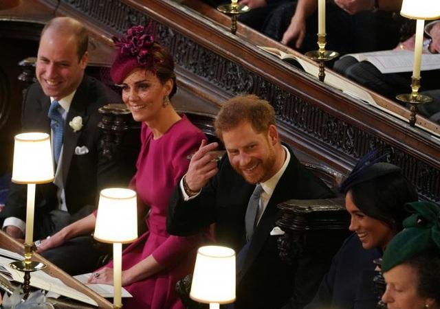 Hai cặp vợ chồng Hoàng tử William cùng Hoàng tử Harry trong buổi lễ. Năm tháng trước, cũng tại lâu đài Windsor, Hoàng tử Harry đã kết hôn với Công nương Meghan.