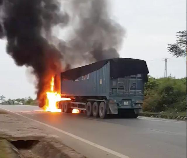 Hiện trường cháy xe.