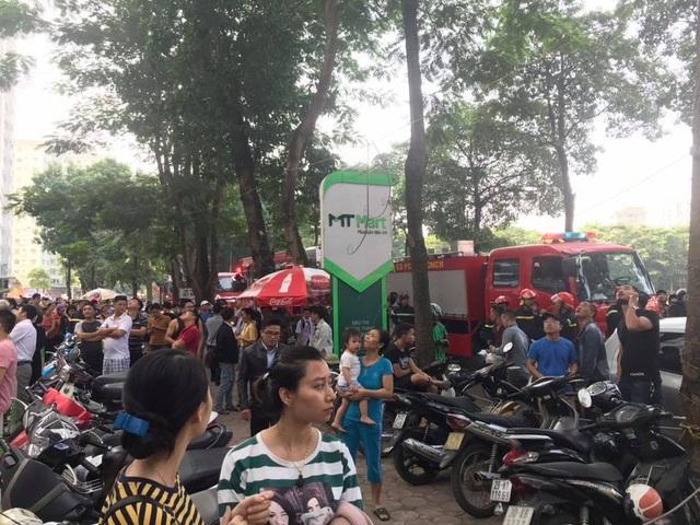 Vụ cháy khiến nhiều cư dân hoảng loạn.