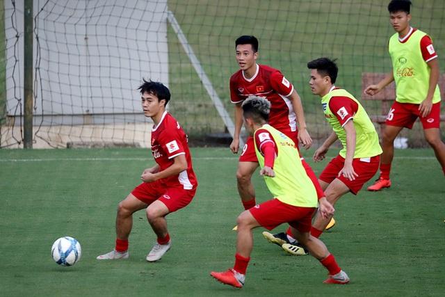 Các tuyển thủ Việt Nam chủ yếu vẫn tập nhẹ - Ảnh: Gia Hưng