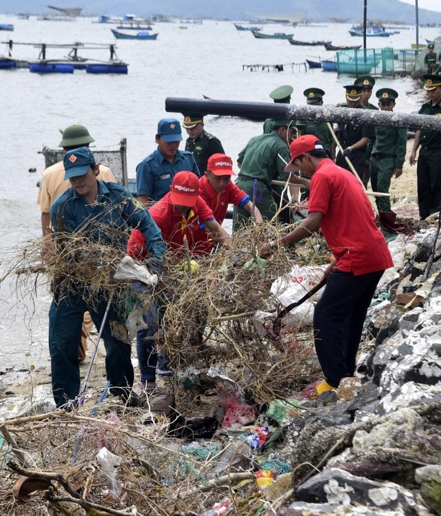 Đoàn viên thanh niên tham gia dọn sạch rác ở TX. Sông Cầu