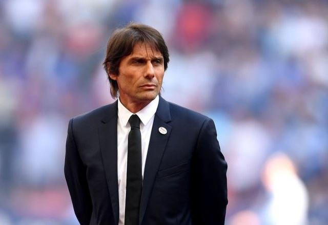 HLV Conte từng mang tới thành công với chức vô địch Premier League ngay trong mùa giải đầu tiên dẫn dắt Chelsea. Dù vậy, ngay sau mùa giải trắng tay, ông đã bị sa thải. HLV Conte đang được cho là liên hệ chuyển tới dẫn dắt Real Madrid nếu như CLB sa thải HLV Lopetegui.