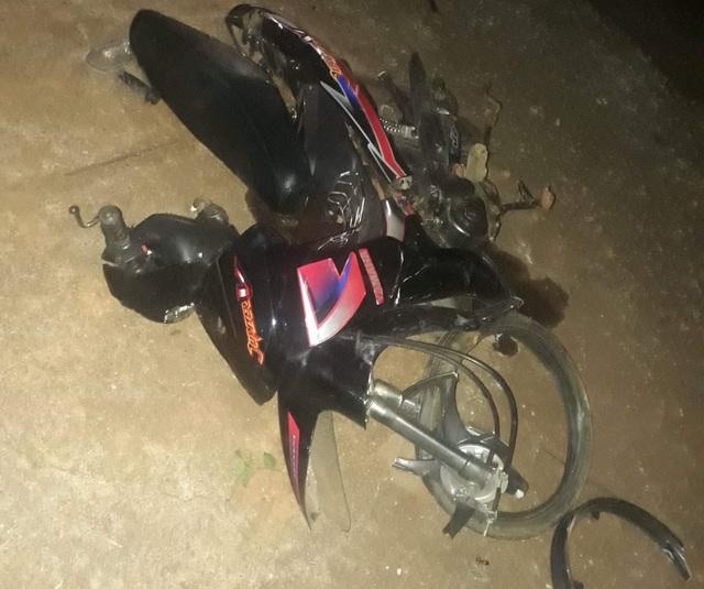 Chiếc xe máy bị hư hỏng sau khi bị xe cứu thương húc văng