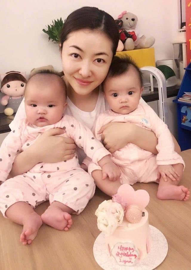 """Lâm Đại Hùng hạnh phúc bên hai con gái. Cô chia sẻ ông xã rất biết cách chăm sóc trẻ nhỏ và yêu thương vợ. """"Chồng tôi rất quan tâm chăm chút cho tôi. Chính điều này khiến tôi tin tưởng rằng gia đình nhỏ của mình sẽ rất hạnh phúc"""", cô nói."""