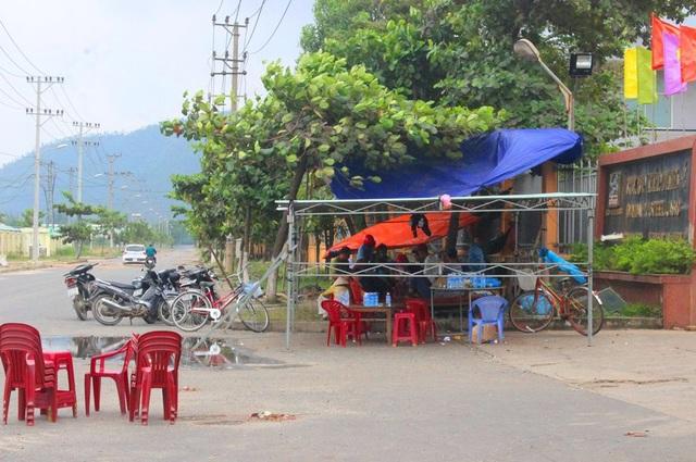 Dân dựng lều, ăn ngủ ngay trước cổng nhà máy thép Dana - Ý; dùng bàn ghế chặn cổng nhà máy và ngăn không cho công nhân vào làm việc