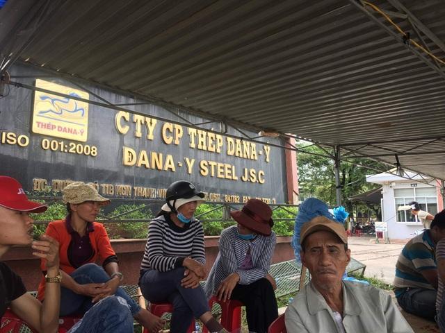 Người dân tập trung trước cổng nhà máy thép Dana - ý để phản ứng hoạt động của nhà máy gây ô nhiễm môi trường