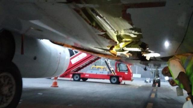 Phần bụng máy bay dường như đã bị hư hại do va chạm (Ảnh: Air India)